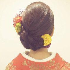 生花を引き立たせるアシンメトリーな低めシニヨン☆ 色打掛に合うシニヨンヘア一覧。白無垢・色打掛を着る際の髪型の参考に☆