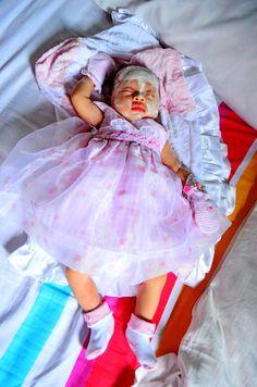 Hampir sejam lebih upacara akikah atau potong rambut, bayi Sea tetap tertidur pulas.. Meski wajahnya penuh coretan bedak, tidurnya tetap nyenyak.