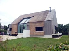 prachtig, die combinatie met riet + de glazen inzet Farmhouse Architecture, Roof Architecture, Residential Architecture, Modern Wooden House, Modern House Design, Contemporary Barn, Barn Renovation, Exterior Design, Modern Farmhouse