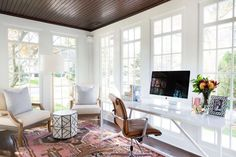 Are you looking for ideas to decor your bright room? Every day will feel sunny and bright with these Sunroom Decoration Ideas. Sunroom Office, Small Sunroom, Office Lounge, Lounge Decor, Home Office Design, House Design, Sunroom Decorating, Sunroom Ideas, Decorating Ideas