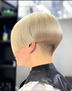 Exceptional hairstyles women tips are offered on our internet site. Have a look and you wont be sorry you did. Short Wedge Hairstyles, Messy Bob Hairstyles, Short Bob Haircuts, Shaved Bob, Shaved Nape, Bob Haircut For Fine Hair, Bowl Haircuts, Pale Blonde, Hair Brained