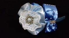 Tiara com flor e laço azul, feitos com fita de cetim, aplicação de meia perola e strass.