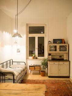 Schönes Retro-WG-Zimmer. #WGZimmer #Schlafzimmer #Einrichtung #Einrichtungsidee #Retro #Wohnideen #Bett #Metallbett #Kommode #Schrank #bedroom #interior #homeinterior #interiordesign #retro #furnitures