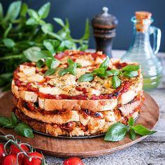 Pidätkö lämpimistä voileivistä? Jos vastasit kyllä, niin käyppä katsomassa tämän kakun ohje blogista 😋 #lämminvoileipäkakku #lämpimätvoileivät #leipä #kakku #iltapala #pizza #cake