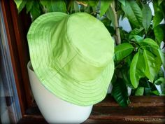 A hat for kids, it's a reversible bucket hat, just right for the summer - you can make one, I'll show you how! Link to a simplified how-to for hobby sewists, step-by-step and with photos. Try it out!