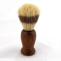 Mały pędzel do golenia z włosiem z czystej szczeciny, imitacja włosia borsuka. Drewniana rączka, woskowana.