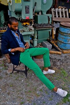 For a look that's effortlessly sleek and camera-worthy, try teaming a navy blazer with green chinos. Tone down this outfit by slipping into a pair of white low top sneakers. Green Pants Men, Green Jeans, Mint Pants, Green Shorts, Navy Blazer Men, Blazer Shirt, Style Masculin, Blue Denim Shirt, Moda Blog