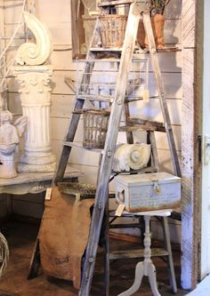 Great Ladder Display. Vintage wooden ladders. Old ladder decor. Échelles en bois vintage. Escalera ideas.