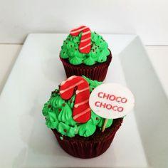 Deliciosos Cupcakes de Chocolate con Crema de Chantillí y Bastón de Navidad. Pídelos al (1) 625 1684 o visítanos en la Cra 11 No. 138 -18 L3 en #Bogotá - #SoSweet #PastryShop #Repostería #PasteleríaArtesanal #Cupcakes #CupcakeFactory #cupcakesNavideños www.SoSweet.com.co