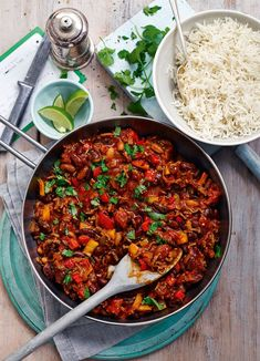 """An easy chilli con carne makes the perfect midweek meal. With green chilli and lots of spices, this Slimming World Chilli con carne is full of fiery flavours. Slimming World Chilli, Slimming Eats, Healthy Chili, Healthy Foods To Eat, Healthy Eating, Easy Chilli, Chilli Recipes, Meat Recipes, Crockpot Recipes"