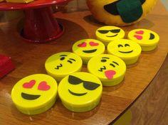 Uma festa super atual e divertida: FESTA EMOJI com uma decoração linda, cheia de cores, flores e muita criatividade da NanaIdeia. Cupcake Drawing, Wholesale Party Supplies, Emoticon, Smiley, Neon, Halloween, Birthday, Party Emoji, Cookies