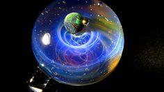 Tomizu Kenji ručně vytváří do skleněných koulí imaginární vesmír