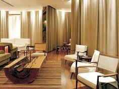 No lobby, o mobiliário brasileiro de Sergio Rodrigues e do Studio Branco & Preto- Hotel Fasano, Rio de Janeiro