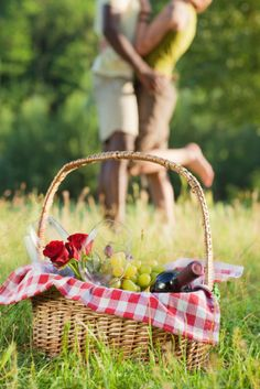 A wicker basket is a very traditional option to carry all your picnic food supplies. In our article we revisit the traditional basket as well as a range of modern picnic baskets with huge appeal. Summer Picnic, Summer Fun, Summer Time, Summer Days, Picnic Spot, Spring Summer, Image Restaurant, Picnic Style, Country Picnic