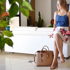 Consumo consciente e criativo é tudo que a gente deseja nessa época de orçamento enxuto, né? A regata jeans do look foi da Riachuelo e custou 24,99. Quem não gosta de achadinhos assim? Eu acho o máximo. Super versátil, fresquinha e moderna. Uma compra que vale de verdade, não? ❤ . . . . . #lookopinobox#ootd#lookdodia#brasil#fashion#saia#skirt#estampa#floral#estilo#cool