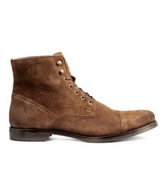 Tawny brown. PREMIUM QUALITY. Desert boots in suede with toe caps and lacing with speed hooks at top. Cotton flannel lining, cotton canvas insoles, and