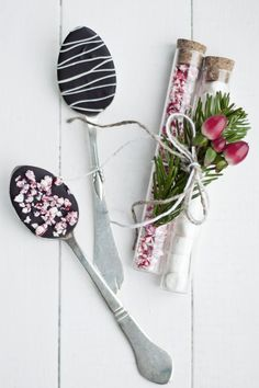 GIVE AN EDIBLE HOSTESS GIFT: CHOCOLATE SPOONS