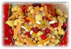 Per l'impasto:  500g di farina  6 uova  50g di strutto  50g di zucchero  1 grande limone  1 bicchierino di anice  1 pizzico di sale  1 pizzico di bicarbonato   Per la decorazione:  500g di miele  300g di frutta candida intera  200g di diavolini  200g di confetti colorati  100g di perline dorate ed argentate  1 lt di olio di semi di arachidi (caldo nella wok
