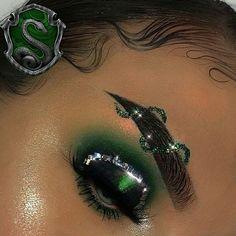 Minus the crazy brow. Creative Eye Makeup, Unique Makeup, Eye Makeup Art, Cute Makeup, Eyeshadow Makeup, Eyeliner, Mode Harry Potter, Harry Potter Makeup, Harry Potter Outfits