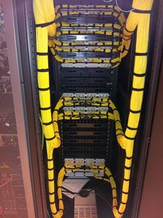 Running Ethernet cable into patch panel. Neat horizontal and vertical cable management! Data Center Rack, Data Center Design, Network Rack, Network Organization, Structured Cabling, Computer Build, Network Cable, Computer Network, Cable Management