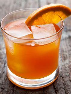 Essa variação da tão adorada caipirinha é uma ótima pedida. Misture o doce do morango com a acidez do limão e aproveite um delicioso drink, refrescante a cara do verão.