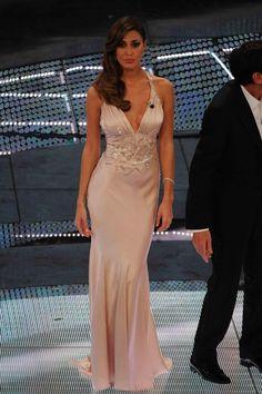 i look più belli di Sanremo su http://www.pianetadonna.it/foto_gallery/moda/vestiti-belli-e-look-di-sanremo-2012/lo-strascico-di-belen-prima-serata.html