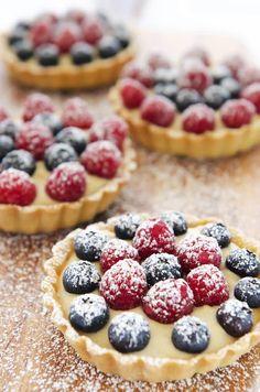 Tarta cu fructe este acel desert pe care nu vei regreta niciodata ca l-ai incercat. Micuta prajitura te va cuceri de doua ori: o data datorita blatului