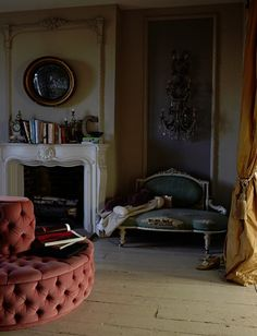 photographer Graham Atkin Hughes The color combo! Shabby Chic Interiors, Beautiful Interiors, French Interiors, Modern Interior Design, Interior Design Inspiration, Design Ideas, Victorian Sofa, Antique Interior, Furniture Inspiration