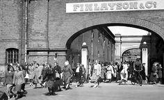 Työpäivä on päättynyt Tampereen Finlaysonilla  ja työntekijät suuntaavat kotiin (v. 1950). Kuva: Tampereen museoiden kuva-arkisto.
