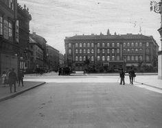 Vörösmarty (Gizella) tér a Váci utca felől nézve, szemben a Gerbaud ház.