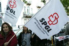 Dezenas de professores estão, esta quarta-feira à tarde, concentrados em frente do Ministério da Educação, em Lisboa, a exigir a evolução na carreira até final do ano.