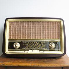 la retro fabrique boutique en ligne vintage brocante paris Radio Vintage, Vintage Tv, Radios, Brocante Paris, Poste Radio, Lampe Art Deco, Radio Design, Old Stove, Tape Recorder