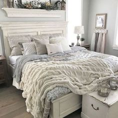 14 Fabulous Rustic Chic Bedroom Design and Decor Ideas to Make Your Space Special - The Trending House Modern Farmhouse Bedroom, Shabby Chic Farmhouse, Farmhouse Style, Farmhouse Decor, Vintage Farmhouse, Shabby Chic Decor, Stylish Bedroom, Home Decor Bedroom, Bedroom Ideas