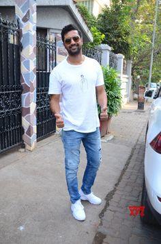 Mumbai: Vicky Kaushal seen at Mumbai& Bandra - Social News XYZ Photos: seen at Mumbai's Bandra Bollywood Actors, Bollywood News, Bollywood Celebrities, Celebrity Crush, Celebrity News, Handsome Celebrities, Man Crush Everyday, Star Cast, Dream Boy