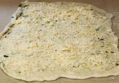 Ingrédients (8 personnes): Pâte 1 paquet de levure sèche 1/2 tasse de farine 1/2 cac de sucre 1 tasse d'eau chaude 1 cac de se... Pastry Recipes, Cooking Recipes, Parmesan, Mashed Potatoes, Banana Bread, Buffet, Recipies, Food And Drink, Easy Meals
