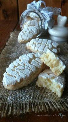 I ricciarelli di Siena antica ricetta sono deliziosi biscotti realizzati con una pasta tipo marzapane a grana grossa e arricchita di vaniglia.