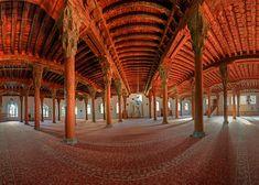 Afyon Ulu Camii Afyonkarahisar'ın en büyük camilerinden birisi olan Ulu Cami, Anadolu Selçukluları devrinde(1272-1277) yıllarında Sahipata Nusretiddün Hasan tarafından yaptırılmıştır. Kendi adı ile anılan mahallede kargir dört köşe kalın duvarlar üzerine toprak damlı iken, şimdi bakır kaplı çatı ile örtülmüş çatı beş sırada sekizerden kırk ahşap sütun üzerine oturtulmuştur. Selçuk tarzı oymalı iki kanatlı minber kapakları üzerindeki kitabede sureler ile ilk yapım tarihini belirten yazı…