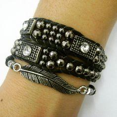 Mix de pulseiras contendo: <br> <br>- 01 pulseira de duas voltas estilo chan luu, com metais prata velha e contas ABS fumê. Fecho com botão e duas regulagens de tamanho (18 e 20 cm) <br> <br>- 01 pulseira elástica com enhtremeio metal prata velha em formato de pena. (18 cm)