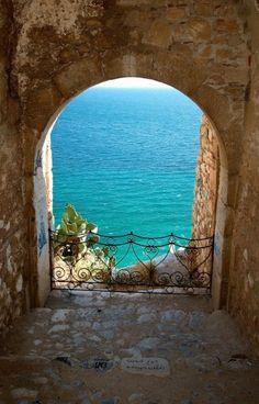Hermosa vista desde la ventana. Nafplion , Greece,
