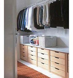 Drawers beneath clothes for closet storage Make A Closet, Master Closet, Closet Bedroom, Walk In Closet, Cheap Closet, Upstairs Bedroom, Closet Storage, Bedroom Storage, Closets Pequenos