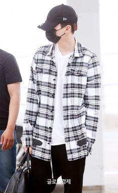 He's so cool I'm- like, he is a cute person but he's also so cool flrjkwmfrnf #Yoongi #airportfashion