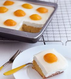 Eierkuchen A recipe for pancakes with a difference: with apricots. What looks like a fried egg cake is a cake with cottage cheese and fruits! Easter Recipes, Egg Recipes, Baking Recipes, Dessert Recipes, Cupcake Recipes, Food Cakes, Baked Pancakes, Egg Cake, Pancake Cake