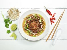 Try this Japansk biffsuppe recipe, or contribute your own. Asian Recipes, Healthy Recipes, Ethnic Recipes, Frisk, Japchae, Food Inspiration, Ramen, Chili, Nutrition
