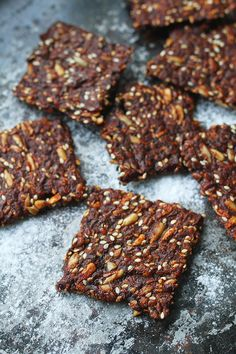 Seed cracker gingerbread cookies is a delicious clean eat. Bagan, Raw Food Recipes, Sweet Recipes, Healthy Baking, Healthy Snacks, Lchf, Best Gingerbread Cookies, Breakfast Basket, True Food