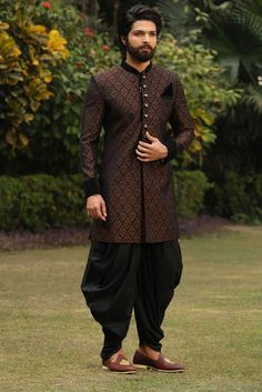 Buy Black Indo-Western Set with Brown Traditional Motifs - Contemporary wear from the house of Manyavar. Choose from a wide range of designer Indo western, Sherwani, traditional dresses for men online. Wedding Kurta For Men, Wedding Dresses Men Indian, Wedding Men, Wedding Outfits, Designer Suits For Men, Designer Clothes For Men, Couple Wedding Dress, Sherwani Groom, Ethenic Wear