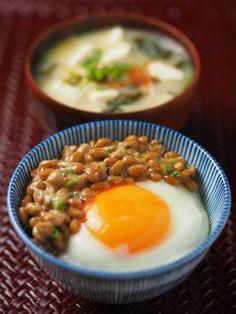 和の一品! 納豆を目玉焼き丼 青の綺麗な器に盛り付けられて おしゃれな時短朝ごはん!
