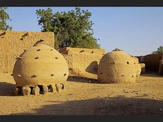 NIGER On the island Ayorou these cylindrical granaries were built of adobe.