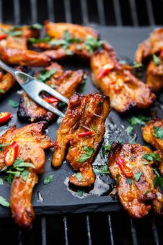 Pikantní grilovaný bůček - Proženy Kung Pao Chicken, Tandoori Chicken, Grill Oven, Food 52, Chicken Wings, Barbecue, Crockpot, Grilling, Bacon