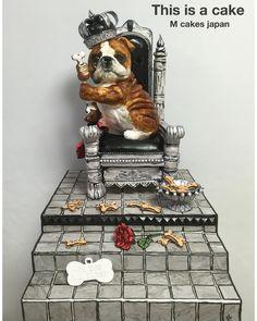 he Dog Father🐾 犬の王様ケーキ🍖 犬の王様、犬のボス!っと言うことでドッグファーザーに😄 犬の王様以外はチョッピリ絵の様にも見えるケーキな表現にしてみました✌️写真ではわかりにくいですが。 こちらは展覧会で展示していたケーキです❤️ #ケーキ #シュガーアート #ブルドッグ #面白ケーキ #犬 #ジョーク #フォンダン #フォンダンケーキ #cake #dogcake #thedogfather #sculpture #sculptedcake #fondant #fondantcake #fondantart #japan #3dケーキ#fondant #fondantart