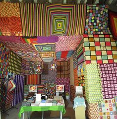 I've written about several rooms covered in crochet . This one by Allyson Mitchell is entirely made of crochet squares. Crochet Blocks, Crochet Squares, Crochet Granny, Granny Squares, Freeform Crochet, Crochet Art, Crochet Patterns, Crochet Flowers, Graffiti